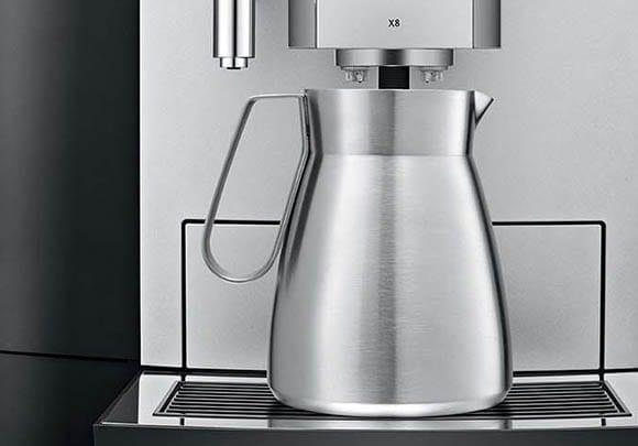 Jura X8 imponerer med å kunne lage en hel kanne kaffe til møter på jobb