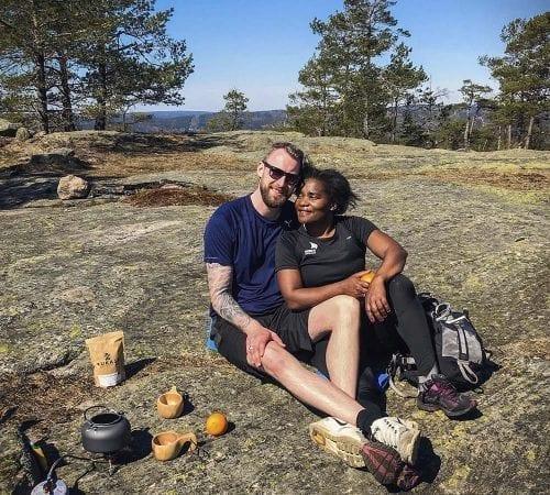 Axel og Valerie nyter Mukasa kaffe på fjellet